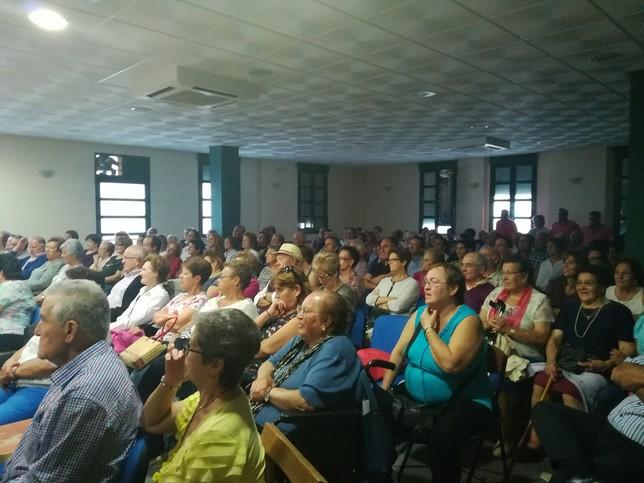 Público en el Ayuntamiento de Sanchonuño.