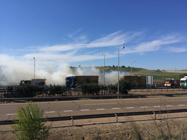 Cortan la A-62 al arder un camión cargado de paja. Guillermo Zapico