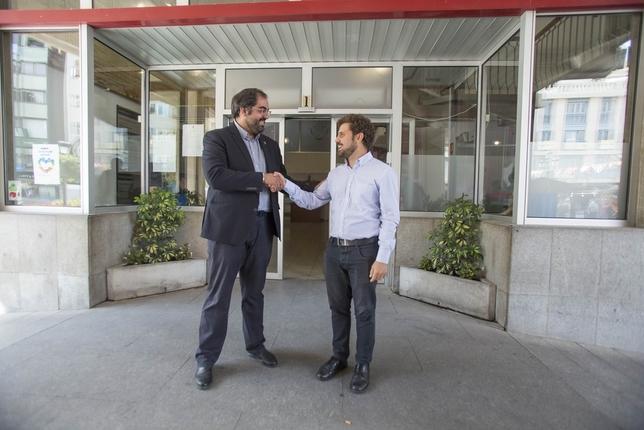 David Serrano (izquierda) y Jorge Fernández estrechan sus manos a la salida del Ayuntamiento de Ciudad Real. Tomás Fernández de Moya