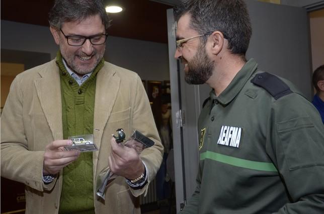 El alcalde de La Granja recibe un obsequio del presidente de AEAFMA  Aurelio Martin