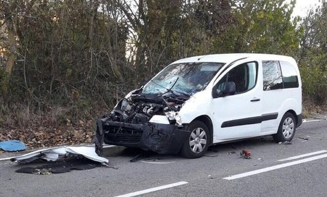 Estado en el que ha quedado la furgoneta tras colisionar por alcance con el tractor en la BU-800. @PoliciadeBurgos