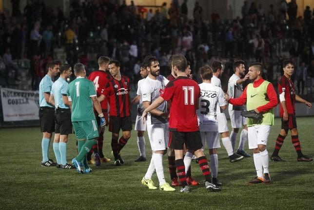 Futbolistas de Arenas y Burgos CF se saludan al acabar el partido Jesús Matías