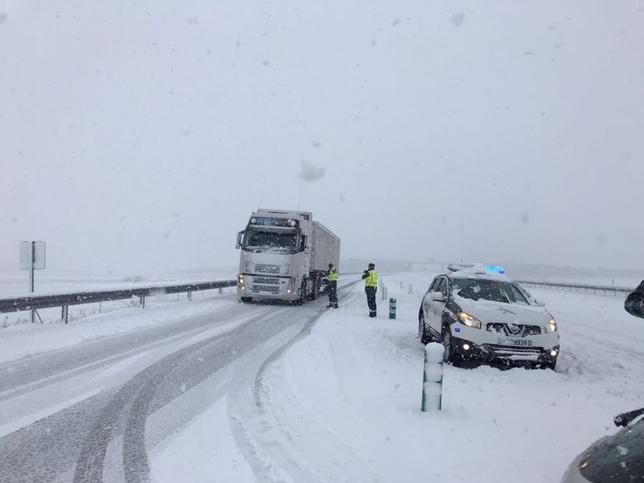 La Guardia Civil embolsó camiones desde primera hora de la mañana en la A-67 a la altura de Aguilar.