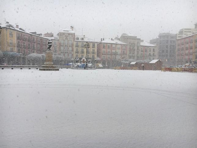 La Plaza Mayor, cubierta por un manto blanco.  Europa Press