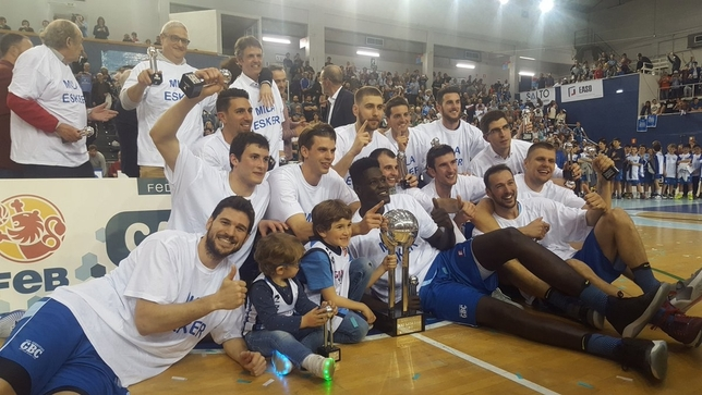 Los jugadores del RETAbet.es celebran la victoria ante el Leyma Coruña y el campeonato liguero. @gipuzkoabasket