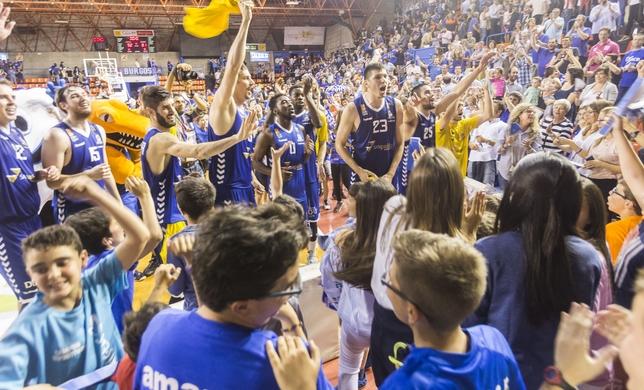 Jugadores y aficionados del San Pablo Inmobiliaria celebran sobre la pista de El Plantío el pase a la final del play off de ascenso a ACB.