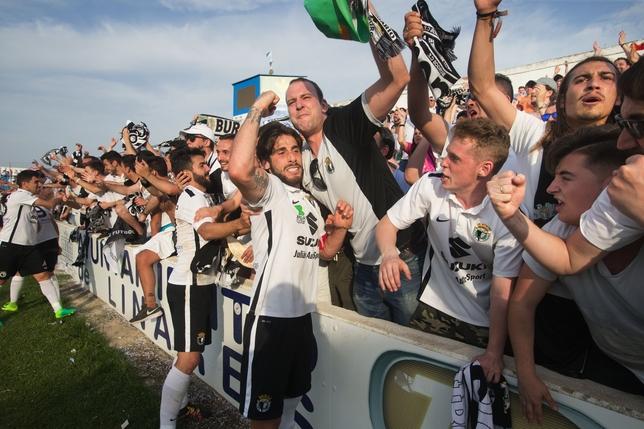 Equipo y afición celebran en Linares la permanencia del Burgos CF en Segunda B tras muchos meses de sufrimiento.