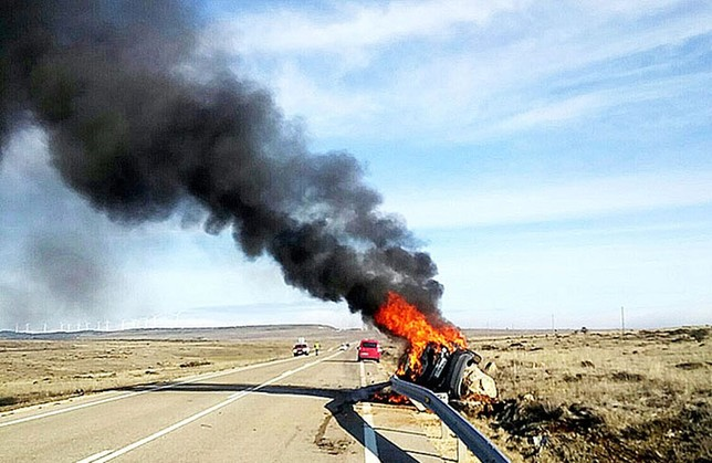 El coche incendiado al borde de la CL-629. Al parecer, se salió de la vía por su parte derecha y tras recorrer unos metros por las tierras acabó chocando contra un hito de piedra. DB