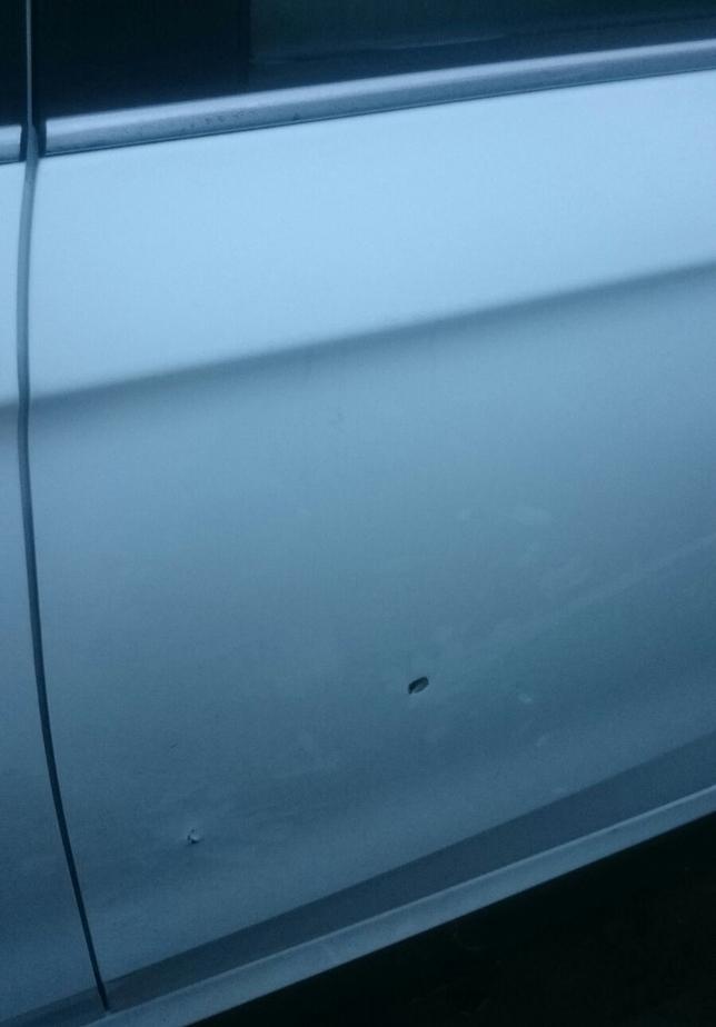 Agujeros en uno de los coches a los que alcanzaron los tiros de kalasnikhov en Pajarillos. D.V