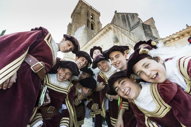 Grupo de danzantes frente a Las Huelgas.