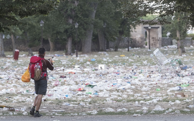 Ingentes cantidades de basura tras la fiesta del Parral.