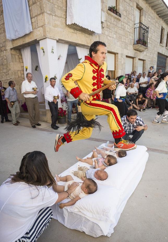 Salto del Colacho en Castrillo de Murcia.