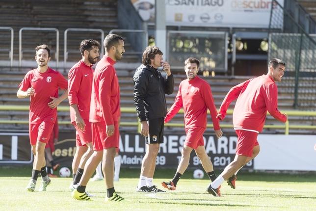Las caras sonrientes de Carlos Álvarez, Julio Rico, Ayoze, Iker y Abel Suárez durante el último entrenamiento en El Plantío evidencian el estado de ánimo del equipo tras dos victorias.  Alberto Rodrigo