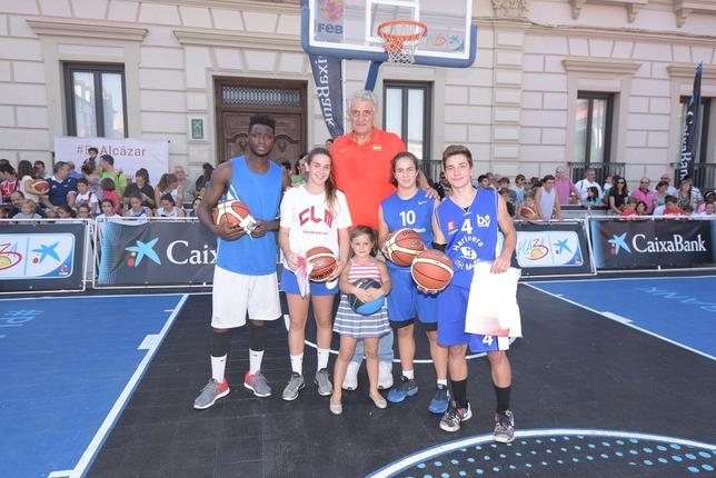 Fernando Romay, con un grupo de jóvenes jugadores. LT