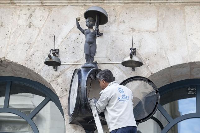 Dentro del Morito. El relojero Antonio Cano monta el brazo articulado del famoso reloj