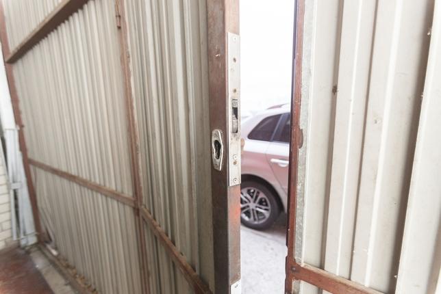 Practicaron un pequeño agujero en el portón metálico por donde se coló uno de ellos, quien después destrozó por dentro el bombín y franqueó el paso a sus cómplices. Valdivielso