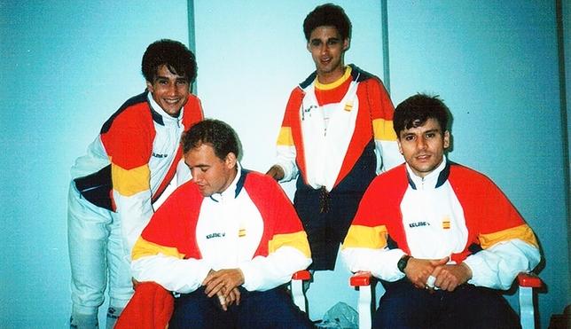 José Francisco Guerra y Andrés Crespo -detrás de pie- junto a otros dos tiradores de la selección española de esgrima. DB