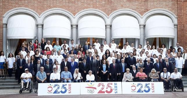 Foto de familia de los deportistas que tomaron parte en los Juegos Olímpicos de Barcelona, dirigentes y representantes políticos. A la izquierda del todo, Puri Santamarta junto a su inseparable perro. Marta Pérez (EFE)