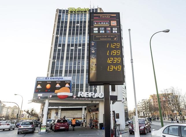La misma estación de servicio, un año después: un 21% de incremento en el precio del gasóleo.  Alberto Rodrigo