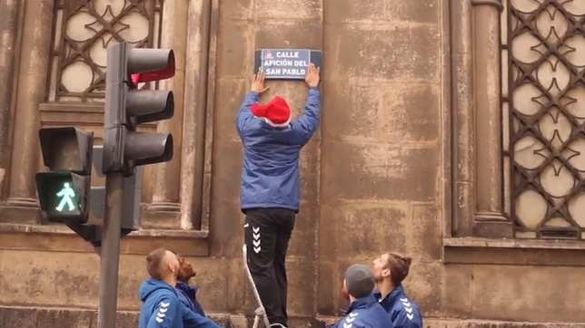 Captura del vídeo en el que aparecen los jugadores Deividas Gailius, Deon Thompson, Corey Fisher, Javi Vega y Thomas Schreiner cambiando los carteles de la calle San Pablo. @SanPabloBurgos