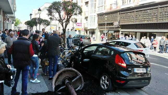 Numerosos curiosos se han acercado a la zona del accidente, que ha sobresaltado a conductores y viandantes.