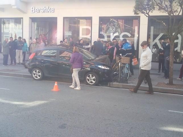 El Ford Fiesta negro ha acabado empotrado contra un aparcabicis junto a Bershka.