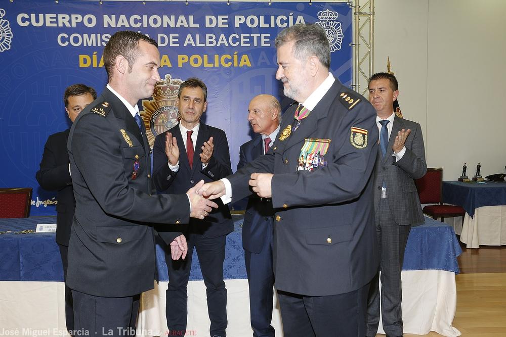 Acto de imposición de las condecoraciones a los agentes de la Policía Nacional