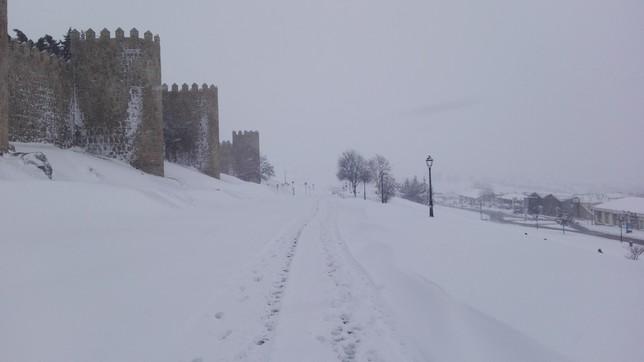 Un centenar de efectivos contra la nevada