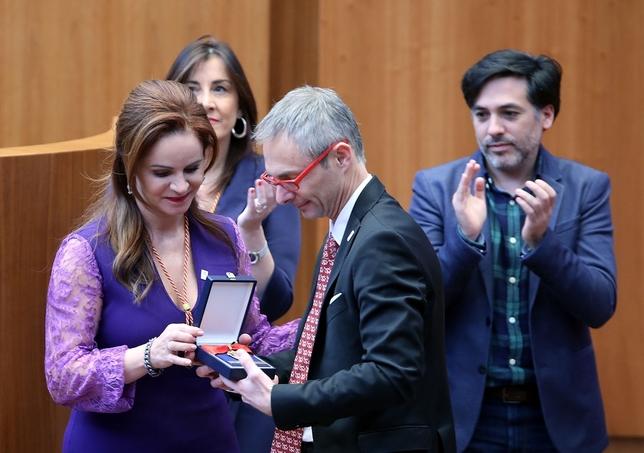 La presidenta de las Cortes entrega la Medalla de Oro al rector de la Universidad de Salamanca, Ricardo Rivero. Ical