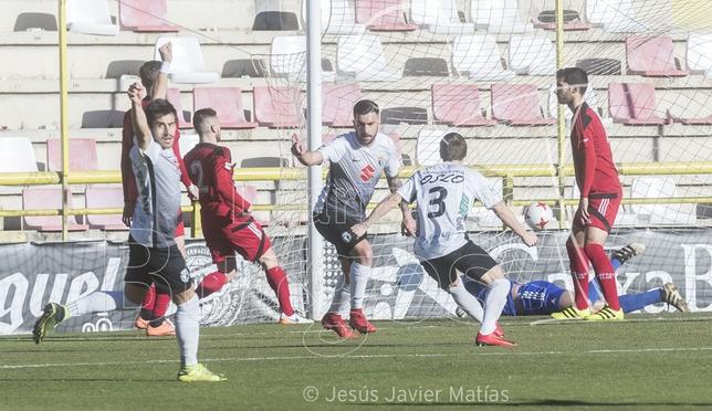 Adrián celebra el tanto que dio al Burgos la victoria contra el Arenas en el estreno de Alejandro Menéndez en el banquillo.