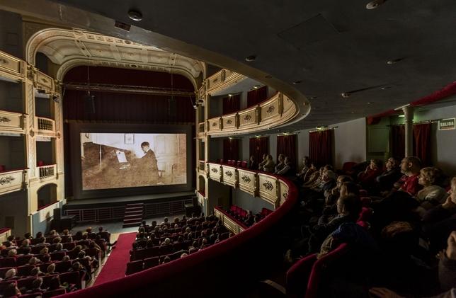 Aspecto que presentaba el Teatro Principal en el estreno, al que solo se podía acceder con invitación. Alberto Rodrigo