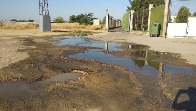 El acceso a la piscina de Patrocinio lleva un mes encharcado
