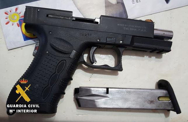 Una de las armas intervenidas a los detenidos. OPC