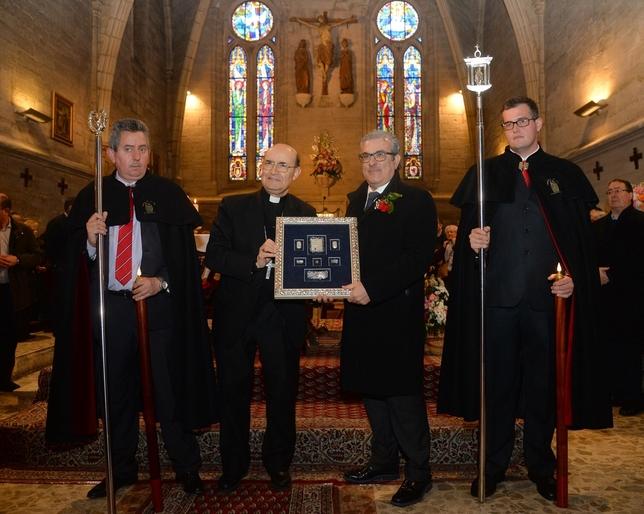 El director del Creer, Aitor Aparicio (2d.), recibió el Tito de Oro de manos del Arzobispo de Burgos, Fidel Herráez (2i.). Ricardo Ordóñez (ICAL)