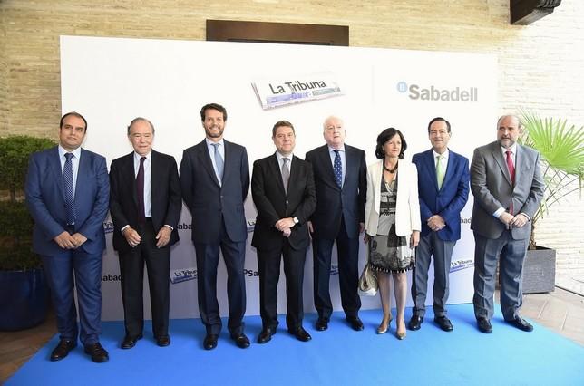 El presidente de Castilla-La Mancha, junto a miebros del Gobierno, el expresidente José Bono, responsables del banco Sabadell y del grupo Promecal, editor de La Tribuna.