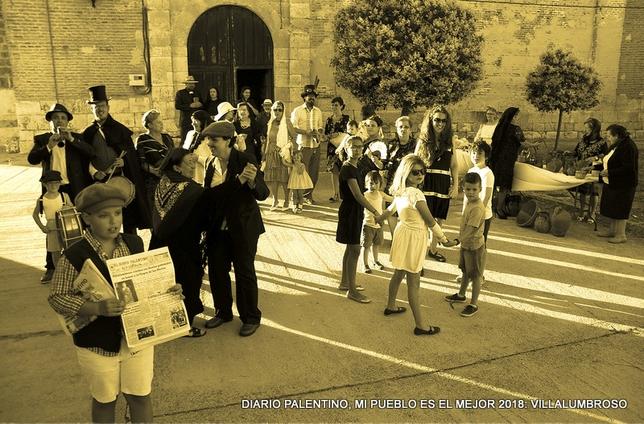 Son pocos, pero han sacado de los baúles trajes y utensilios para rememorar unas fiestas en blanco y negro, con baile a la salida de misa, pureros, el tío del bote y los juegos infantiles.