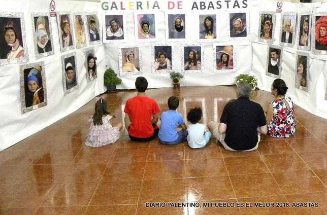 En esta singular galería de arte, algunos de los retratos más famosos de la historia pasan a tener como protagonistas a los vecinos de Abastas.