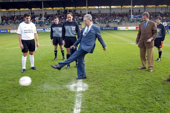 Saque de honor del expresidente del Burgos CF, José Luis Preciado, antes del partido ante el Mataró en noviembre de 2005. En la imagen, junto al capitán Lucio Arnaiz y al entonces presidente, Valentín Germán.