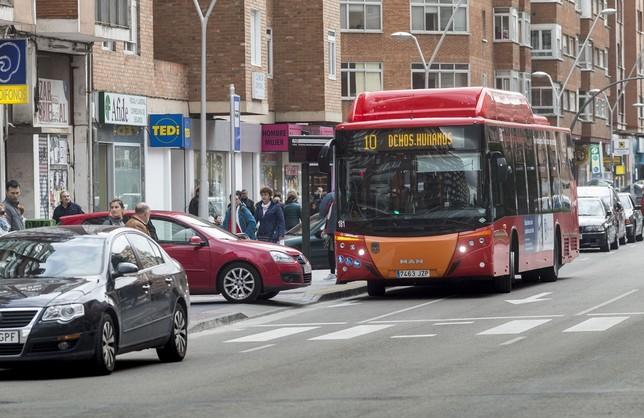 Reclaman menos esperas y más buses los fines de semana