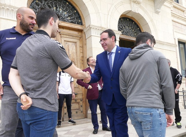 Prieto recibe a la plantilla del BM Ciudad Encantada