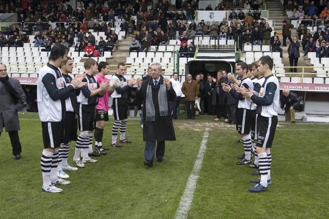 Preciado saluda a la afición y a los jugadores del Burgos CF, que le hicieron pasillo el día que recogió el título de Presidente de Honor del club.