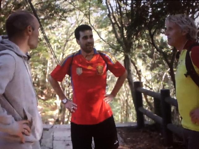 El segoviano Mario Martín (en el centro) charla con Iniesta y Jesús Calleja durante el programa.