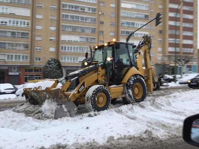 Máquinas trabajando en la limpieza de la avenida Cantabria. Alberto Rodrigo