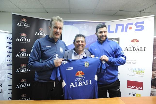 David Ramos, Luis Palencia y Chino (de izquierda a derecha) posan con la camiseta del club.