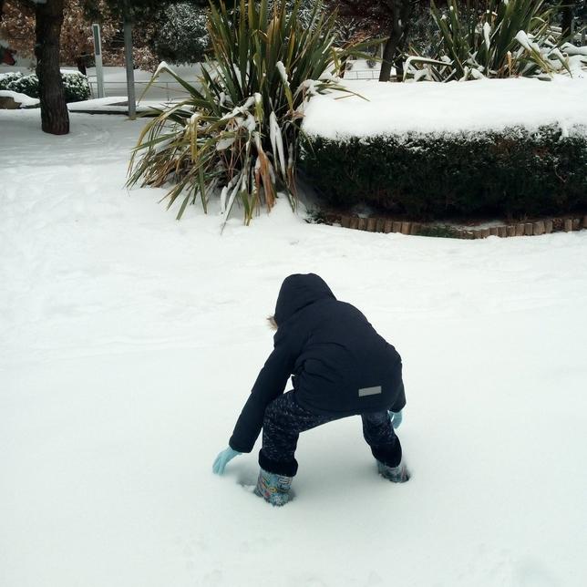 Los niños disfrutan de la nieve.