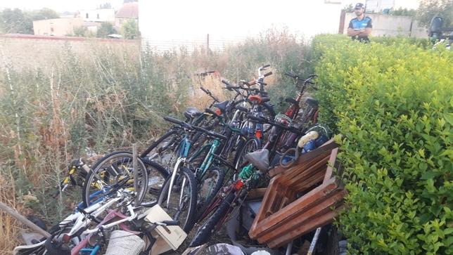 Retiran en dos días 4.500 kilos de enseres abandonados en la vía pública, 36 bicis y una moto en Valladolid. Policía Municipal
