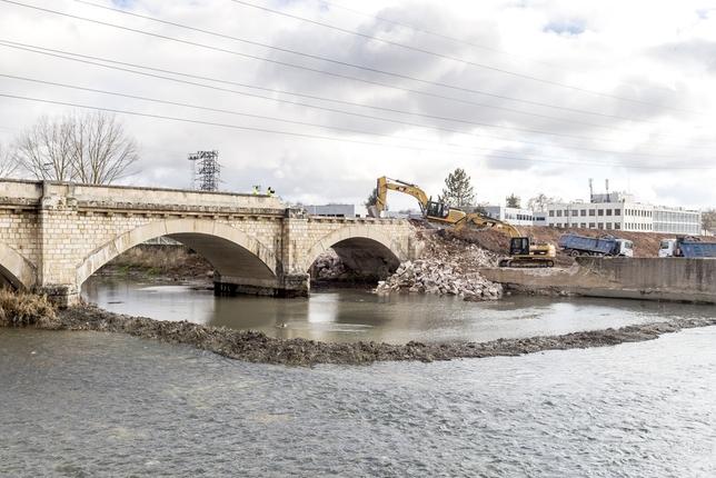 Vano a vano, el puente está siendo derribado para dar paso a uno nuevo a cota cero. Patricia