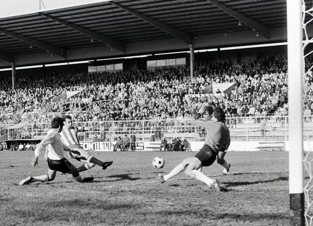 Quini bate a Gorospe al rematar un centro de Ferrero. Fue el 31 de diciembre de 1978, en una victoria del Sporting en El Plantío por 0-2.