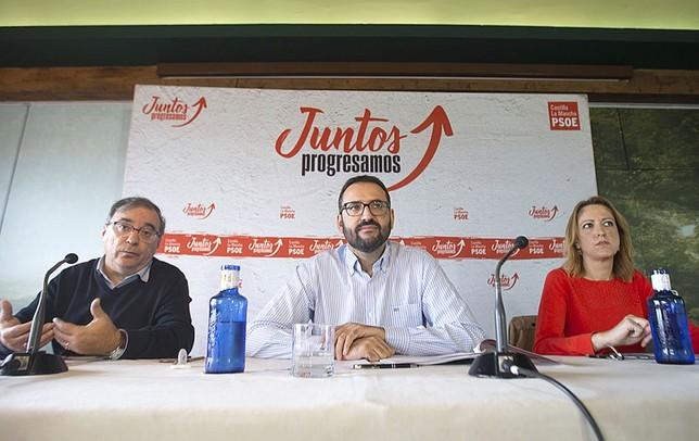 De izquierda a derecha, Fernando Mora, el encargado de coordinar el programa, Sergio Gutiérrez (secretario de Organización) y Cristina Maestre (portavoz).