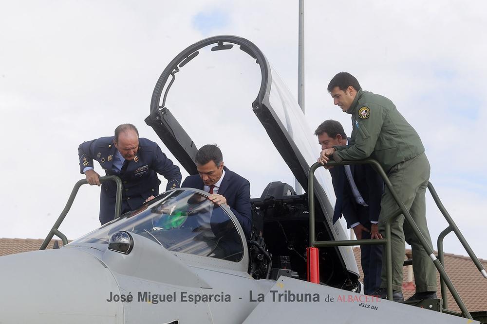 Pedro Sánchez durante la visita a la Base Aérea los Llanos
